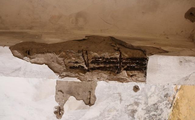 Nhiều vị trí là dầm của tòa nhà vữa chát không còn, để lộ những thanh sắt bị hoen gỉ.
