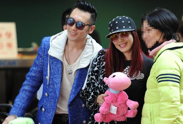 Chung Lệ Đề và chồng bị fan bắt gặp tại sân bay ngày 16/2 và xin chụp ảnh cùng. Nữ diễn viên 47 tuổi trông vô cùng tươi trẻ với trang phục teen và mũ lưỡi chai khi sánh đôi cùng ông xã kém 12 tuổi.