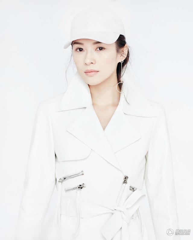 Tháng 3/2017, Tử Di xuất hiện trên tạp chí thời trang của Trung Quốc trong những bộ cánh màu trắng và gương mặt trang điểm nhẹ nhàng. Cô vẫn rất xinh đẹp dù không còn quá trẻ.