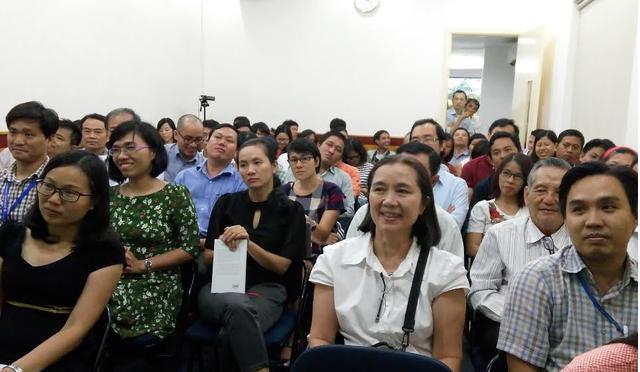 Nhiều nhà giáo, phụ huynh đến tham dự buổi tọa đàm góp ý dự thảo chương trình giáo dục phổ thông tổng thể diễn ra tại TPHCM chiều 13/5