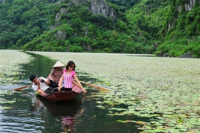 Quan Sơn được ví như Hạ Long trên cạn với hàng trăm ngọn núi lớn nhỏ giữa bốn bề không gian sông nước mênh mông.