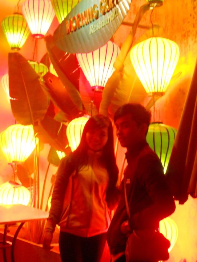 Bạn trẻ chụp ảnh lưu niệm trong đêm khai hội Nguyên Tiêu
