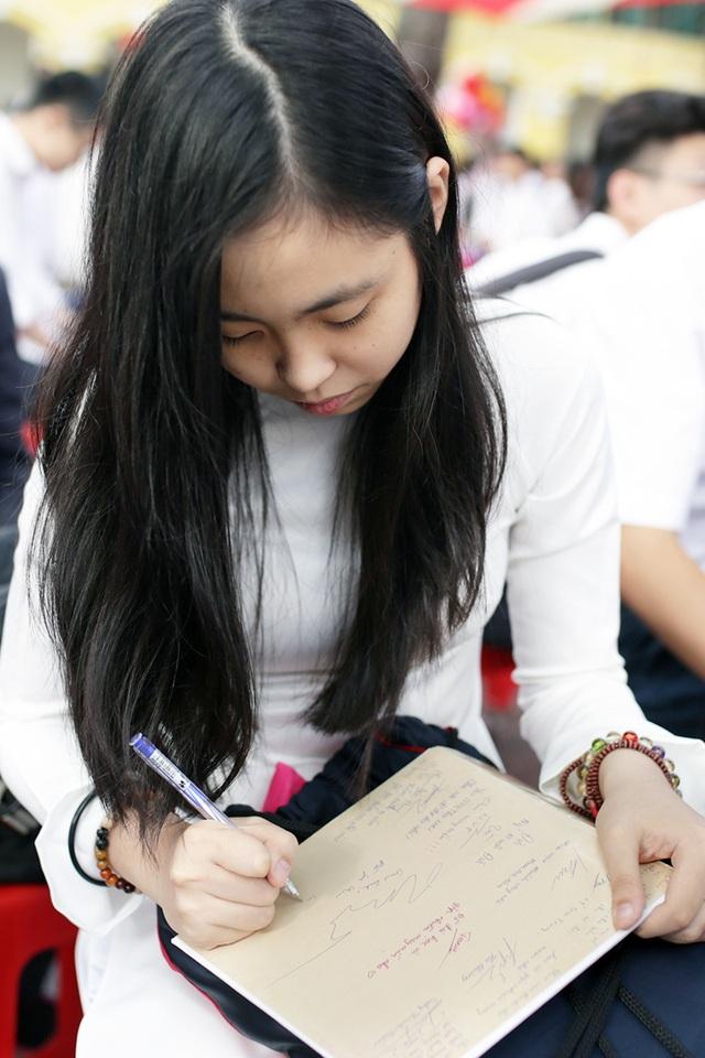 Viết vội những dòng lưu bút, cùng nhắc nhau ghi nhớ những kỉ niệm thời đi học