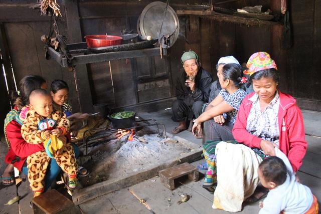 Vợ chồng cụ The cùng các cháu, chắt quây quần bên bếp lửa ngày đầu năm.
