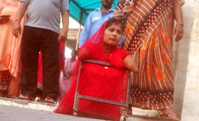 Lakshmi, 24 tuổi là một cô gái sinh ra không có tứ chi. Bố mẹ cô thậm chí đã không dám nghĩ đến việc Lakshmi có thể kết hôn (ảnh: Dainik Bhaskar)