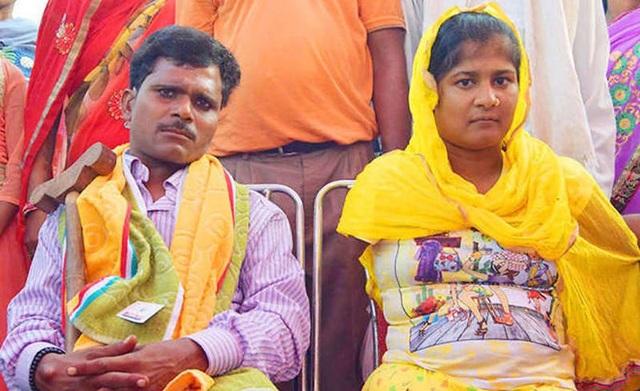 Vinod cũng là một người kém may mắn khi bị bại liệt từ nhỏ. Chính vì thế anh hiểu những nỗi khổ mà Lakshmi phải trải qua. Sau 1 năm rưỡi quen nhau, cặp đôi này đã chính thức đã đi đến kết hôn. (ảnh: Dainik Bhaskar)