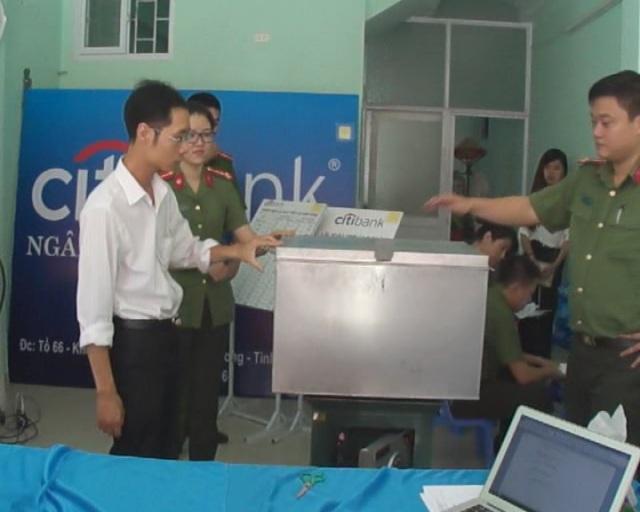 Đối tượng (áo trắng) lập văn phòng giao dịch ngân hàng giả mạo thời điểm bị phát hiện (ảnh Cổng TTĐT Quảng Ninh)