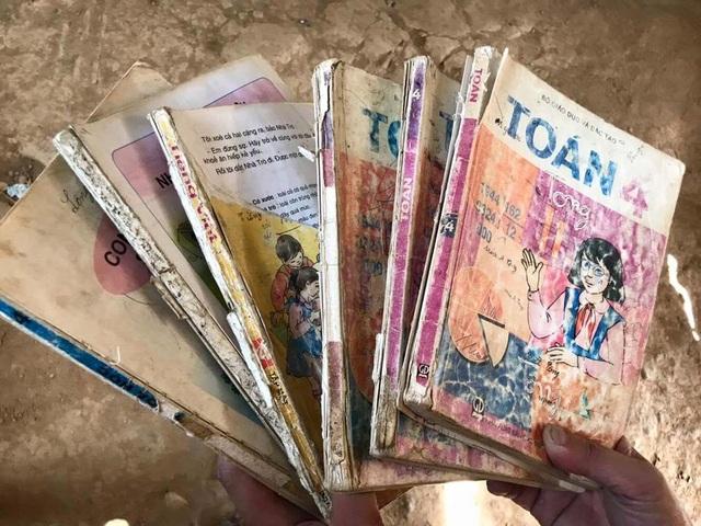 Không có sách giáo khoa mới, các em học sinh phải dùng lại những sách giáo khoa cũ truyền từ năm này sang năm khác
