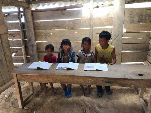 Điểm trường có 4 lớp dành cho 5 bậc học, mỗi lớp rộng chỉ hơn 15m2 chỉ đủ kê 2 cái bàn, 2 cái ghế cho các em ngồi học