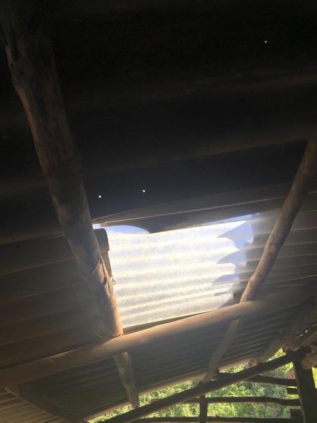 Trường không có điện, để có ánh sáng, nhà trường phải đi xin tấm nhựa trong lợp mái