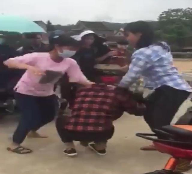 Hai nữ sinh đánh một nữ sinh khác khiến cộng đồng bức xúc. (Ảnh cắt từ clip)