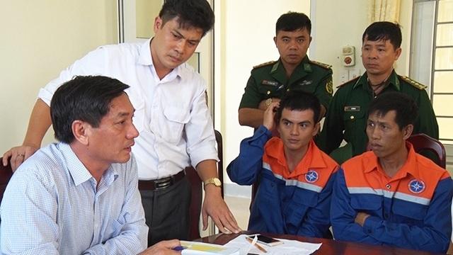 Đại diện Cảng Hàng Hải Việt Nam, Cảng vụ Nghệ An và bộ đội biên phòng Nghệ An thăm hỏi tình hình sức khỏe của các thuyền viên trên tàu gặp nạn.