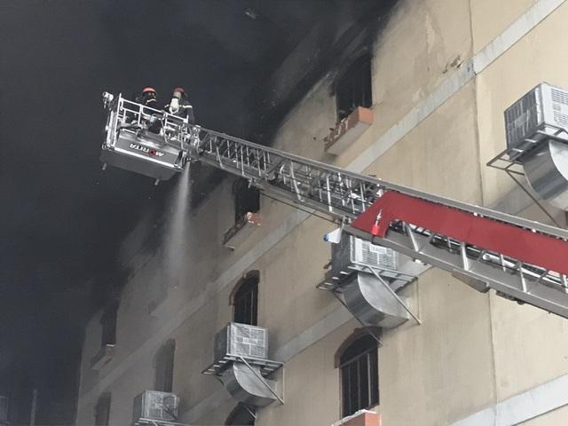 16h30, vụ cháy lớn cơ bản được khống chế.