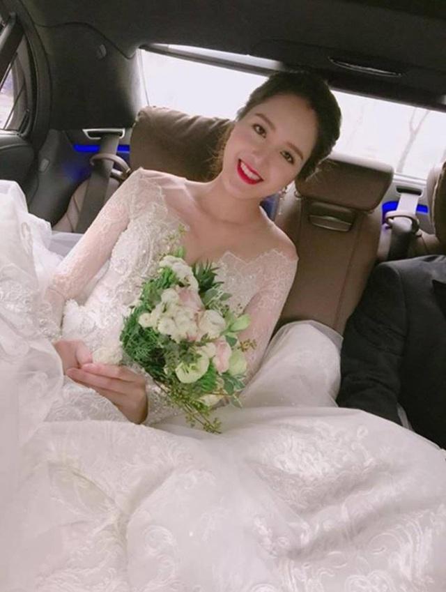Cô dâu Hoàng Anh xinh đẹp dịu dàng như nàng công chúa trong chiếc váy cưới tinh khôi. Một người bạn của Á hậu tiết lộ, cô mặc váy cưới của NTK Chu Thanh Phong. (Ảnh: Mai Phan).