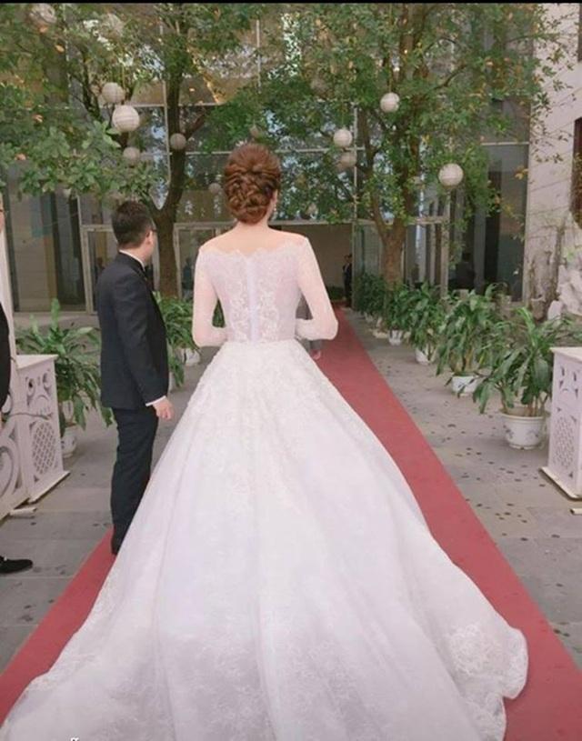 Chiếc váy cưới của Hoàng Anh nhìn từ phía sau.(Ảnh: Mai Phan).