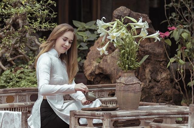 """Daria cho biết: """"Em đã đến Việt Nam 7 tháng rồi. Em đến Việt Nam theo một chương trình trao đổi sinh viên để thực tập Tiếng Việt. Đây là một chương trình trao cơ hội cho các sinh viên quốc tế tìm hiểu về Việt Nam nhiều hơn đặc biệt là về người Việt, văn hóa Việt. Ngoài học, em cũng dạy Tiếng Anh cho các học sinh Việt Nam""""."""