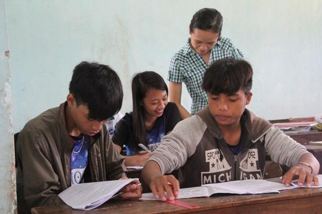 Cô giáo Lan hướng dẫn học sinh giải đề trắc nghiệm Địa Lý