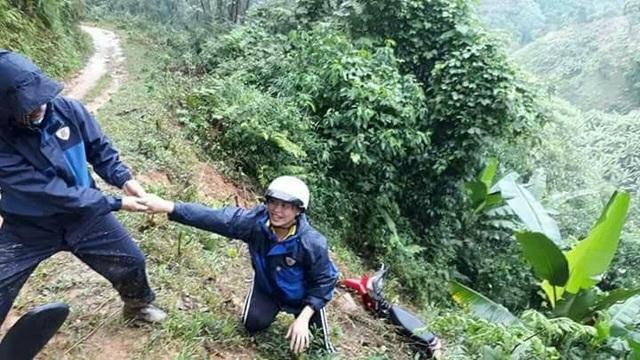 Đường núi mùa mưa bên cạnh vực sâu, một cô giáo và chiếc xe máy bị trượt ngã (Ảnh: Bảo Trân)