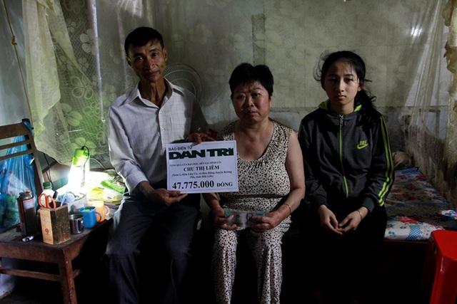 Đại diện chính quyền xã Hòa Đông thay mặt báo Dân trí gửi trao số tiền 47.775.000 đồng đến mẹ con cô Liêm