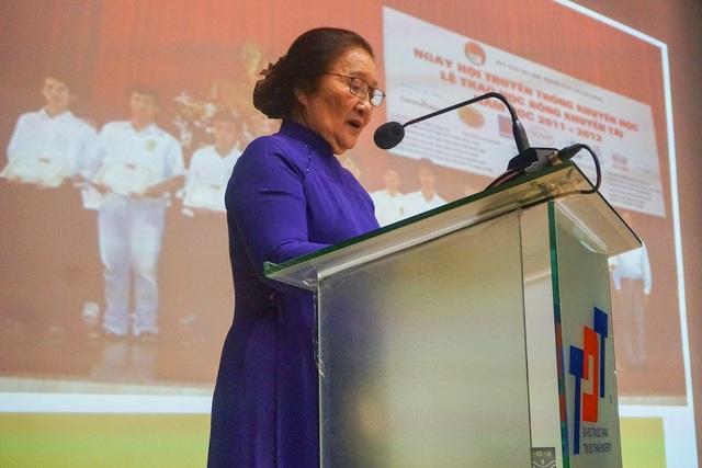 Lê Minh Ngọc, Phó Chủ tịch Hội Khuyến học TP.HCM báo cáo về chương trình học bổng Khuyến tài năm học 2017-2018