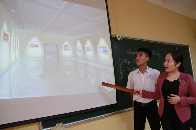 Cô Nguyễn Thu Quyên, giáo viên môn Lịch sử trường THPT Chuyên Nguyễn Trãi (Hải Dương) hướng dẫn học sinh tham quan bảo tàng ảo.
