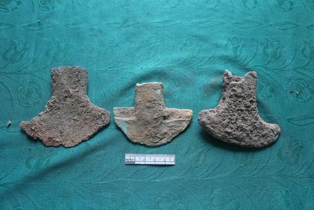 Rìu xòe cân, rìu lưỡi xéo... là những hiện vật đặc trưng của của văn hóa Đông Sơn được người dân phát hiện tại xã Xuân Viên, huyện Nghi Xuân