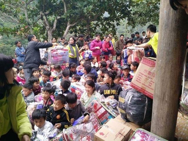 Cô Lê tham gia phát quà cùng nhóm thiện nguyện Kết nối Yêu Thương - TP Vinh.