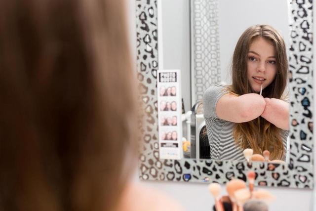 Izzy Weall, cô gái 14 tuổi trở thành một blogger đình đám với hơn 8.000 lượt theo dõi trên youtube nhờ chia sẻ những clip trang điểm
