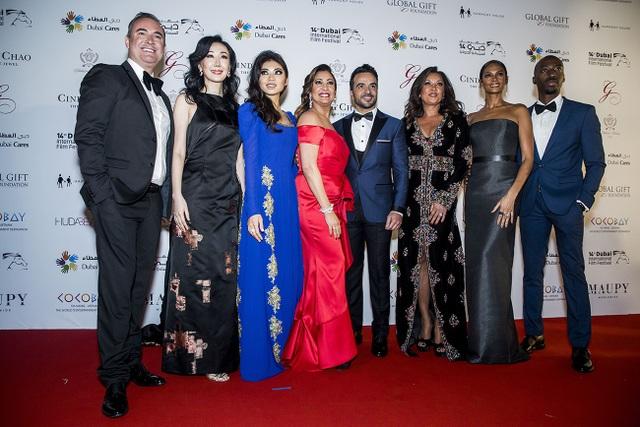 Coco Trần (áo dài xanh) sánh vai cùng các vị khách mời nổi tiếng tới tham dự The Global Gift..
