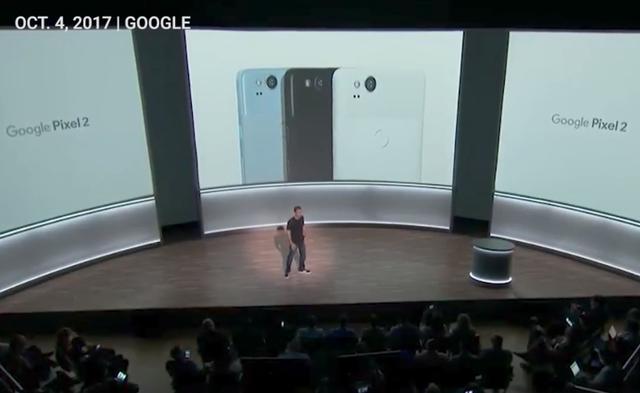 Về lựa chọn màu sắc trên thiết bị, Google giới thiệu 3 màu là Xanh, Đen, và Trắng rõ ràng. Đây là câu nói móc dành cho những nhà sản xuất không có tùy chọn màu trắng cho thiết bị của mình, trong đó bao gồm Apple.