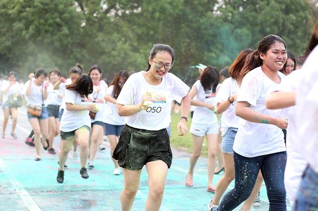 Đến với đường chạy sắc màu, hầu hết các bạn trẻ lựa chọn trang phục áo phông trắng để bột màu trở nên nổi bật