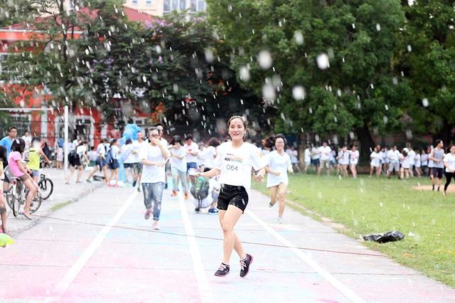 """Trải nghiệm """"tuyết rơi mùa hè"""" ngay tại sân trường mình là một kỉ niệm đáng nhớ của những sinh viên Đại học Hà Nội trước khi bước vào kì thi cuối kì căng thẳng"""