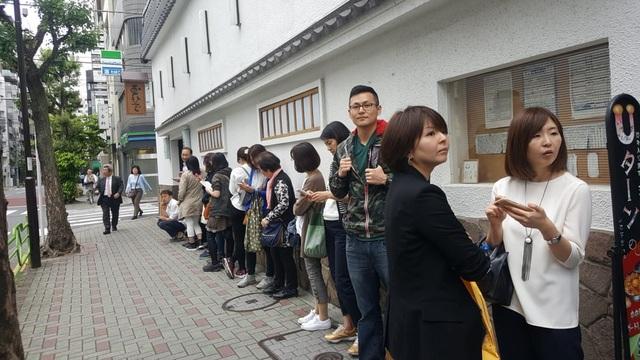 Không quản ngại mưa nắng, du khách vẫn xếp hàng dài đứng đợi để thưởng thức
