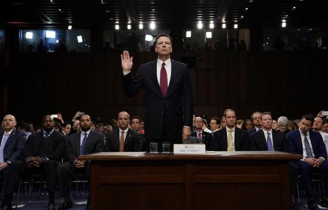 Cựu Giám đốc FBI James Comey giơ tay tuyên thệ trước khi bắt đầu phiên điều trần trước Ủy ban Tình báo Thượng viện Mỹ tại trụ sở quốc hội ngày 8/6 (Ảnh: Reuters)