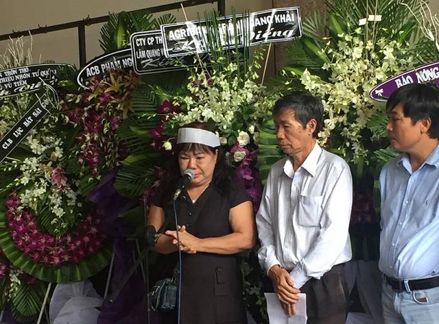 Em gái nhà thơ Thanh Tùng thay gia đình đọc lời cảm tạ, bà không ngăn được xúc động trước giờ khắc tiễn biệt.