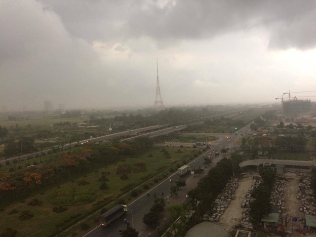 Cơn mưa mới xuất hiện gần nội thành Hà Nội lúc 15h25 chiều nay. Ảnh: Tiến Nguyên