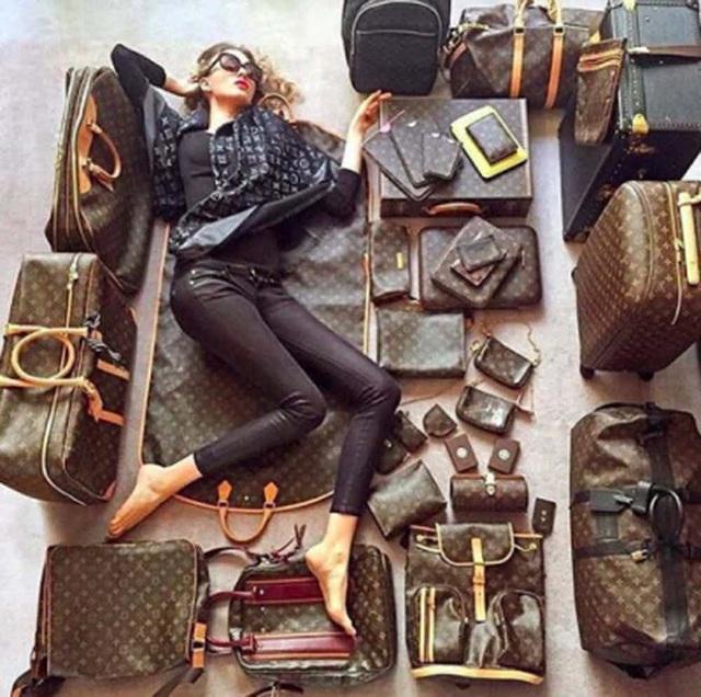 """Chiêu trò """"khoe của"""" phổ biến nhất của các tiểu thư con nhà giàu có lẽ là chụp ảnh với bộ sưu tập hàng hiệu mà mình đang có. Tuy nhiên như cô nàng """"Louis Vuitton"""" này thì có vẻ hơi quá đà."""