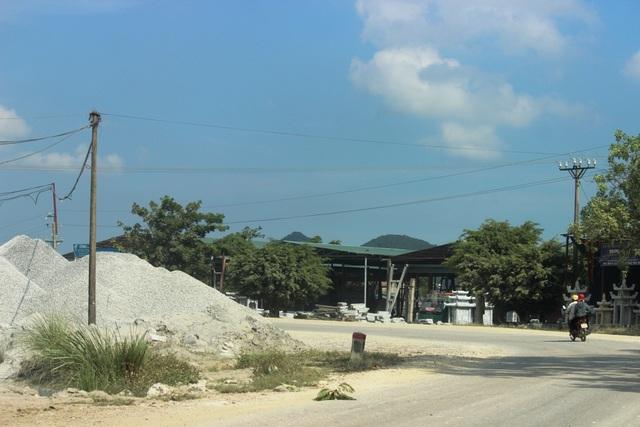 Cát sỏi vẫn đổ tràn lan trên con đường du lịch trọng yếu của tỉnh