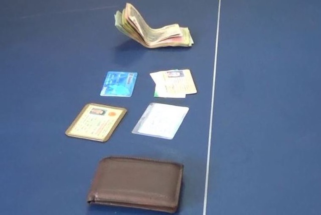 Chiếc ví của anh Nhựt đánh rơi được Trung sĩ Nguyễn Đoàn Huy Hùng nhặt và trả lại
