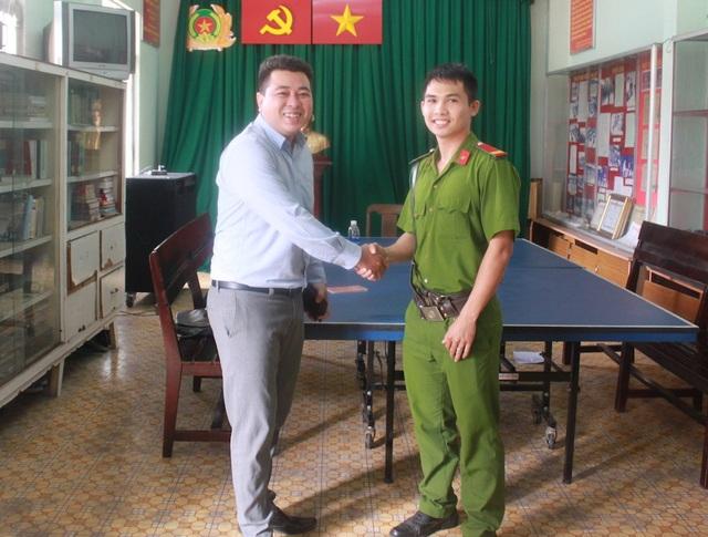 Trung sĩ Nguyễn Đoàn Huy Hùng trao trả tài sản cho anh Nhựt