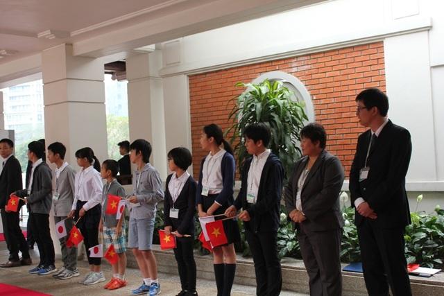 Học sinh Nhật Bản đang học tập tại Việt Nam chào đón người lãnh đạo đứng đầu nước mình.