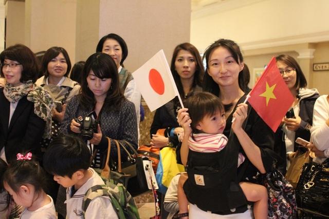 Chị Emimaki địu theo con gái 2 tuổi đến khách sạn trước cả tiếng để mong được gặp Nhật Hoàng và Hoàng hậu.