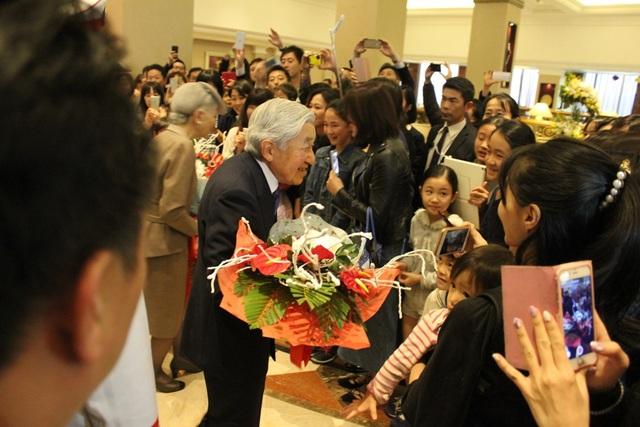 Nhật hoàng và Hoàng hậu bước trước sự chào đón nồng nhiệt của cộng đồng người Nhật tại Việt Nam