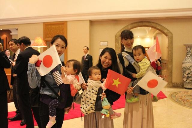 Nhiều gia đình người Nhật tại Việt Nam mang theo cả con nhỏ tới chào đón Nhật hoàng