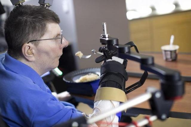 """Bill Kochevar là bệnh nhân đầu tiên bị liệt tứ chi có thể cử động cánh tay và bàn tay của mình nhờ công nghệ """"thần kinh giả""""."""