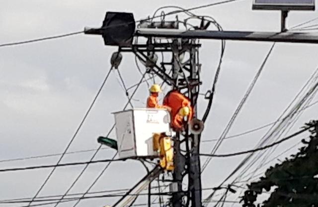 Anh Sơn bất tỉnh (nằm vắt ngang) trên trụ điện khi tiến hành sửa chữa