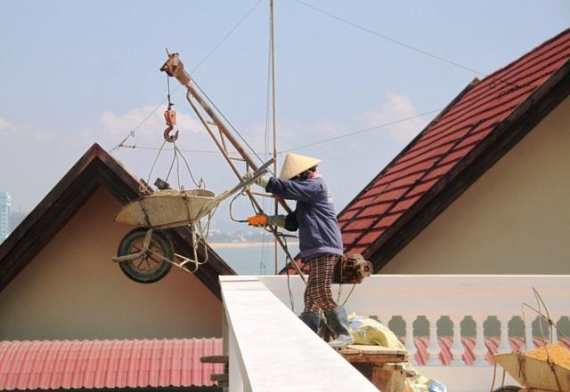 Dù ngành chức năng Bình Định đã ra quyết định xử phạt hành chính, ngừng thì công nhưng doanh nghiệp vẫn tiếp tục xây dựng