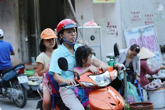 Công nhân KCN Thăng Long đón con sau giờ tan ca. (Ảnh: Hải Nguyễn)
