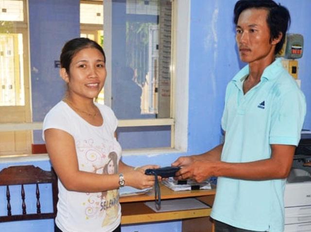 Chị Phạm Thị Thu Loan trao trả lại chiếc ví là cả gia tài cho anh Trương Văn Hóa