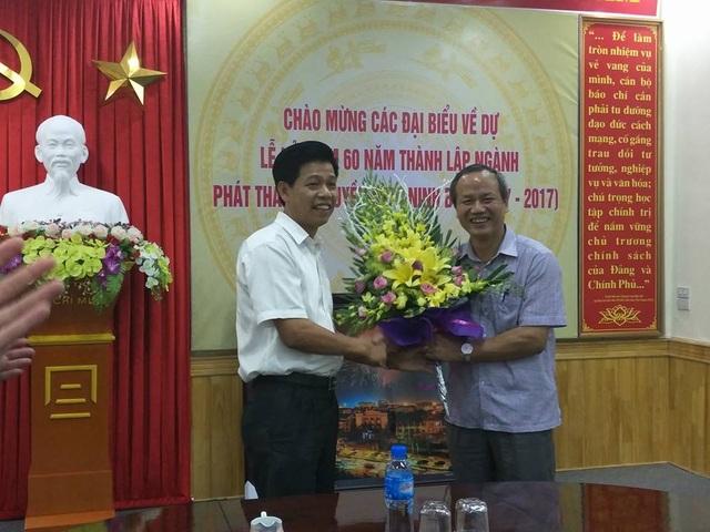 Ông Phạm Văn Hoành (trái), Tổng biên tập Thời báo Tài Chính Việt Nam, Chủ tịch Câu lạc bộ phóng viên báo chí quê hương Ninh Bình tại Hà Nội tặng hoa lãnh đạo Đài phát thanh và truyền hình Ninh Bình